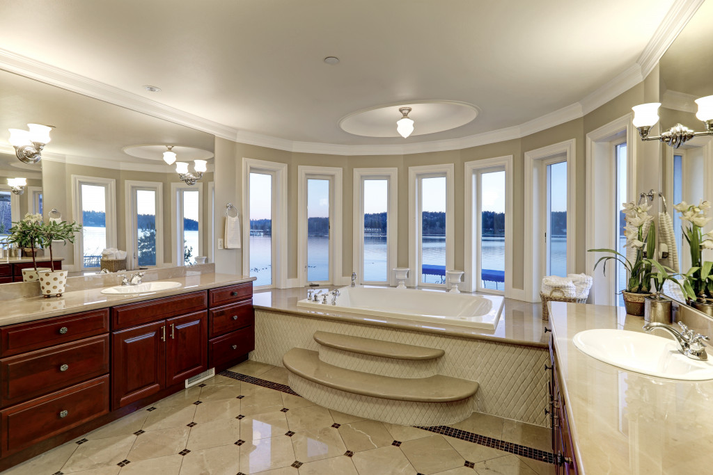 luxurious bath tub